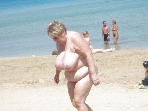 みんなで全裸になれば怖くない外国人ヌーディストビーチのエロ画像 No.36