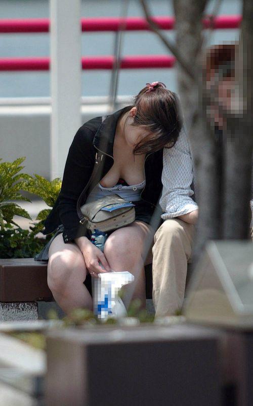 胸元がブカブカな服装をしてる巨乳お姉さんの胸チラ盗撮画像 35枚 No.12