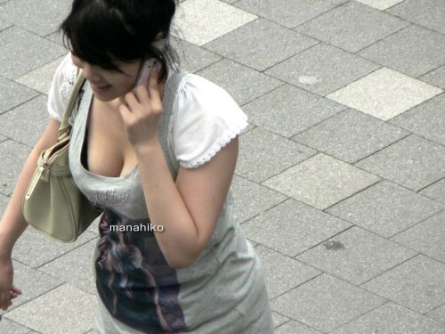胸元がブカブカな服装をしてる巨乳お姉さんの胸チラ盗撮画像 35枚 No.18