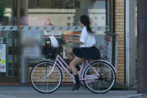 【盗撮画像】ミニスカJKが自転車通学すると当然パンチラしまくるよな 41枚 part.2 No.4