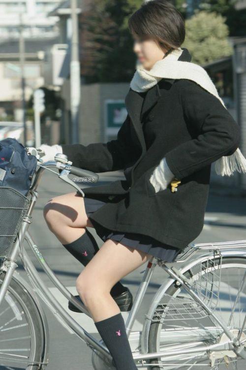 【盗撮画像】ミニスカJKが自転車通学すると当然パンチラしまくるよな 41枚 part.2 No.6