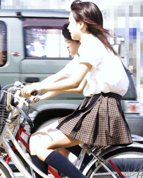 【盗撮画像】ミニスカJKが自転車通学すると当然パンチラしまくるよな 41枚 part.2 No.8