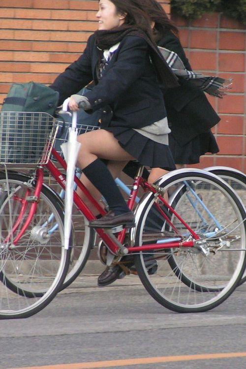 【盗撮画像】ミニスカJKが自転車通学すると当然パンチラしまくるよな 41枚 part.2 No.12