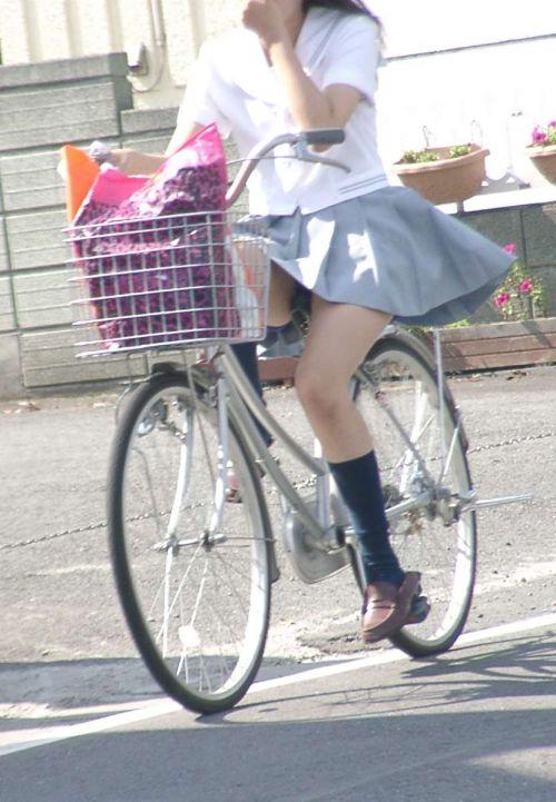 【盗撮画像】ミニスカJKが自転車通学すると当然パンチラしまくるよな 41枚 part.2 No.13