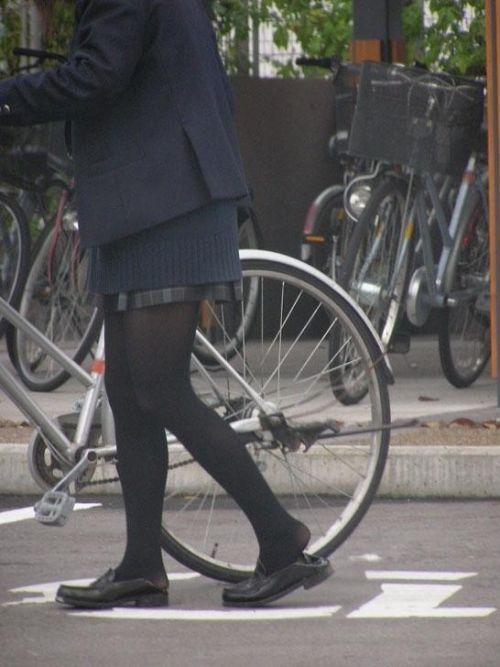 【盗撮画像】ミニスカJKが自転車通学すると当然パンチラしまくるよな 41枚 part.2 No.14
