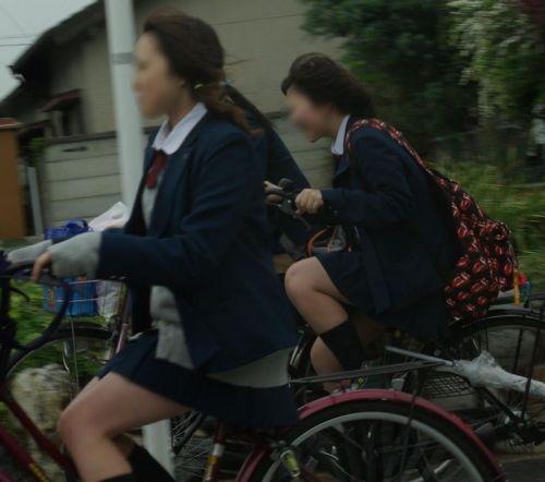 【盗撮画像】ミニスカJKが自転車通学すると当然パンチラしまくるよな 41枚 part.2 No.15
