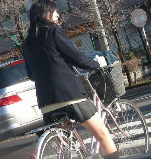 【盗撮画像】ミニスカJKが自転車通学すると当然パンチラしまくるよな 41枚 part.2 No.17