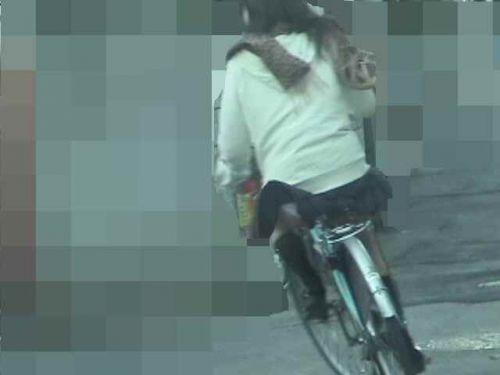 【盗撮画像】ミニスカJKが自転車通学すると当然パンチラしまくるよな 41枚 part.2 No.19