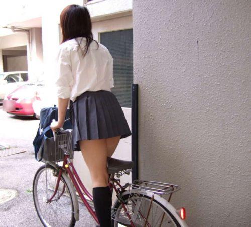 【盗撮画像】ミニスカJKが自転車通学すると当然パンチラしまくるよな 41枚 part.2 No.21