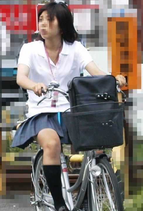 【盗撮画像】ミニスカJKが自転車通学すると当然パンチラしまくるよな 41枚 part.2 No.22
