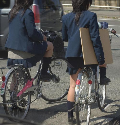【盗撮画像】ミニスカJKが自転車通学すると当然パンチラしまくるよな 41枚 part.2 No.23