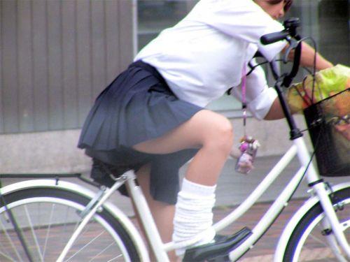 【盗撮画像】ミニスカJKが自転車通学すると当然パンチラしまくるよな 41枚 part.2 No.24