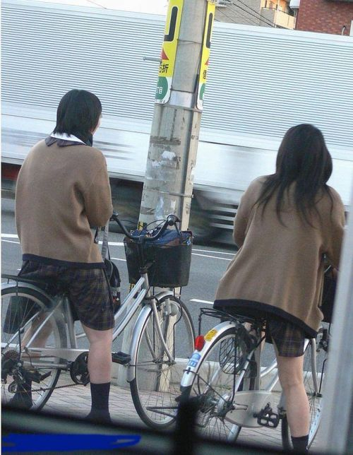 【盗撮画像】ミニスカJKが自転車通学すると当然パンチラしまくるよな 41枚 part.2 No.26