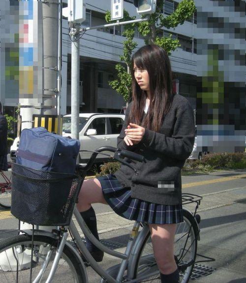 【盗撮画像】ミニスカJKが自転車通学すると当然パンチラしまくるよな 41枚 part.2 No.27