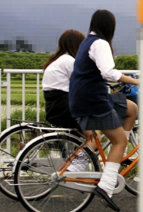 【盗撮画像】ミニスカJKが自転車通学すると当然パンチラしまくるよな 41枚 part.2 No.28
