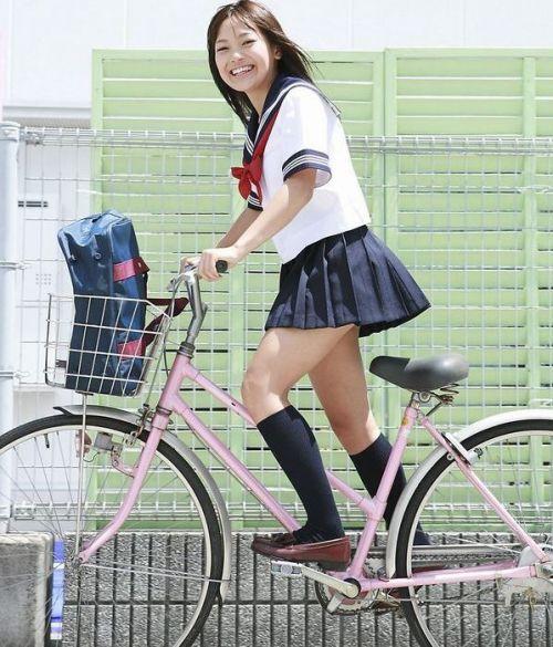 【盗撮画像】ミニスカJKが自転車通学すると当然パンチラしまくるよな 41枚 part.2 No.30