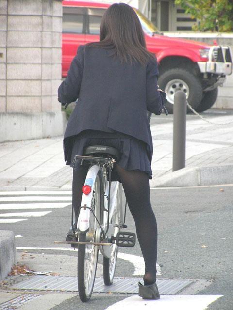 【盗撮画像】ミニスカJKが自転車通学すると当然パンチラしまくるよな 41枚 part.2 No.31