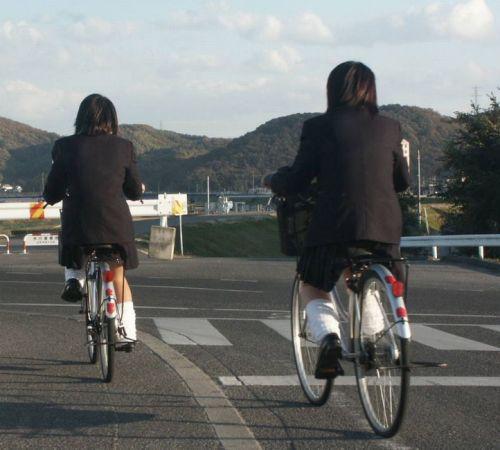 【盗撮画像】ミニスカJKが自転車通学すると当然パンチラしまくるよな 41枚 part.2 No.32