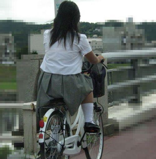 【盗撮画像】ミニスカJKが自転車通学すると当然パンチラしまくるよな 41枚 part.2 No.33
