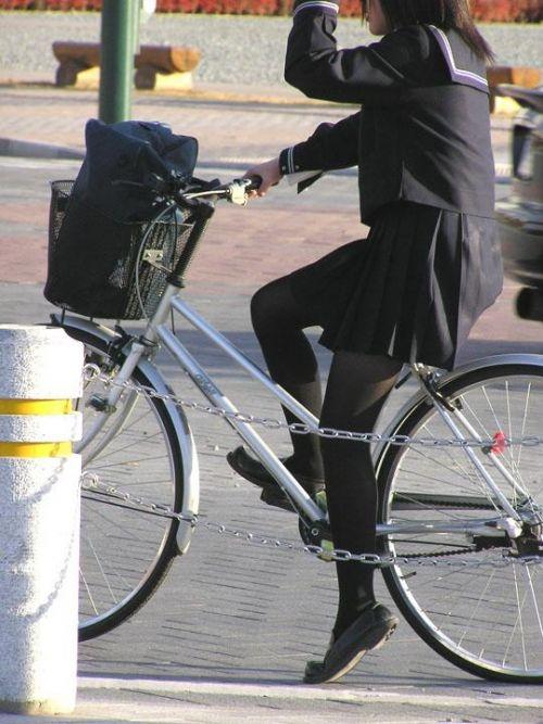 【盗撮画像】ミニスカJKが自転車通学すると当然パンチラしまくるよな 41枚 part.2 No.34