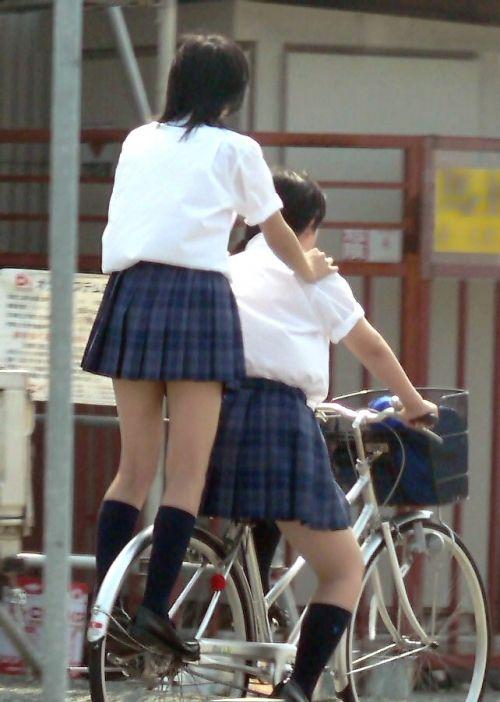 【盗撮画像】ミニスカJKが自転車通学すると当然パンチラしまくるよな 41枚 part.2 No.36