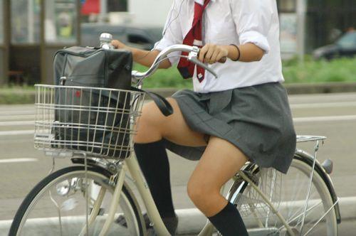 【盗撮画像】ミニスカJKが自転車通学すると当然パンチラしまくるよな 41枚 part.2 No.37