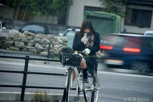 【盗撮画像】ミニスカJKが自転車通学すると当然パンチラしまくるよな 41枚 part.2 No.39