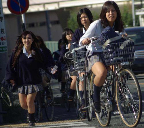 【盗撮画像】ミニスカJKが自転車通学すると当然パンチラしまくるよな 41枚 part.2 No.40
