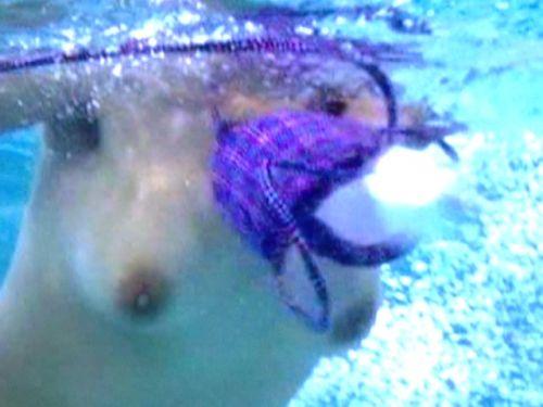 【エロ画像】普通の水着でも女性器ってポロリしちゃうんだね 43枚 No.2
