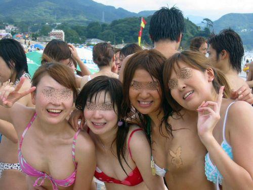 【エロ画像】普通の水着でも女性器ってポロリしちゃうんだね 43枚 No.9