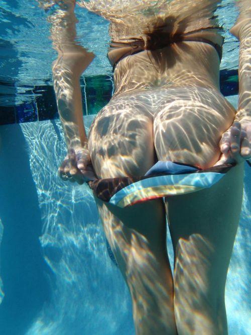 【エロ画像】普通の水着でも女性器ってポロリしちゃうんだね 43枚 No.23