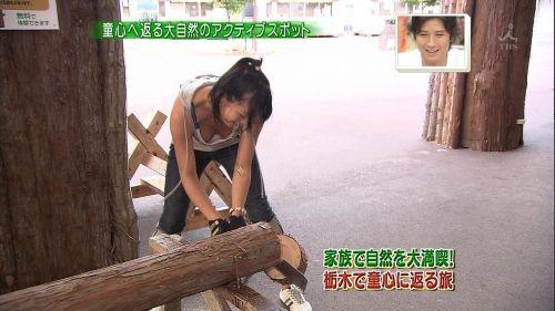 前傾姿勢でノーブラのお姉さんが乳首ポロリしてる盗撮エロ画像 39枚 part.2 No.14