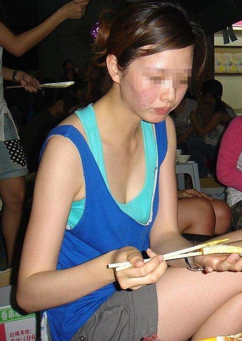 【胸チラ画像】貧乳のお姉さんが胸元はだけた服を着るとこうなりますw 39枚 No.10
