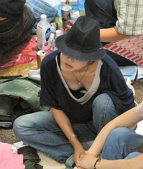 【胸チラ画像】貧乳のお姉さんが胸元はだけた服を着るとこうなりますw 39枚 No.18
