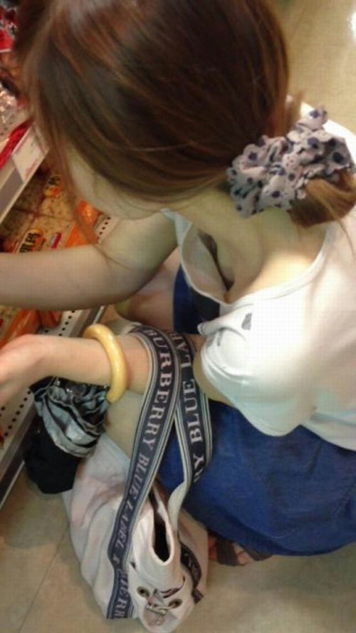 【胸チラ画像】貧乳のお姉さんが胸元はだけた服を着るとこうなりますw 39枚 No.30