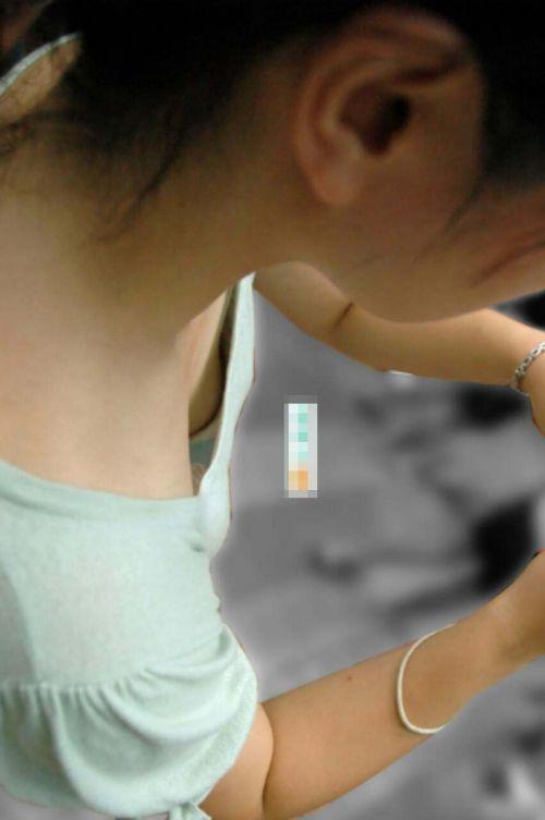 【胸チラ画像】貧乳のお姉さんが胸元はだけた服を着るとこうなりますw 39枚 No.38