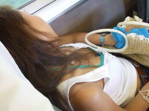 電車で座ってる場合じゃない可愛い女の子の胸チラ盗撮画像 35枚 No.3