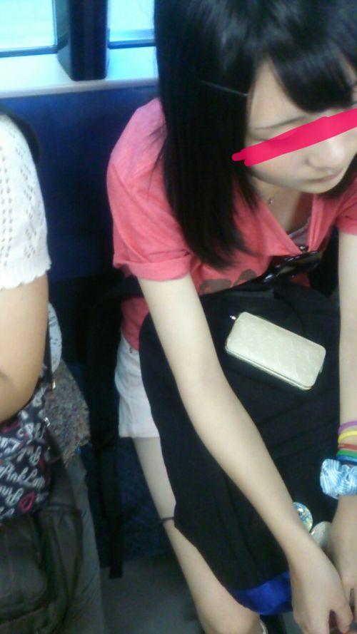 電車で座ってる場合じゃない可愛い女の子の胸チラ盗撮画像 35枚 No.6