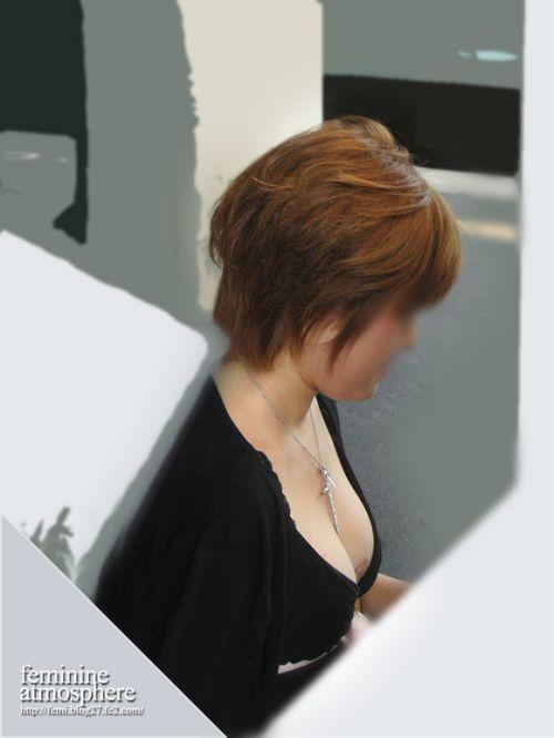 電車で座ってる場合じゃない可愛い女の子の胸チラ盗撮画像 35枚 No.8