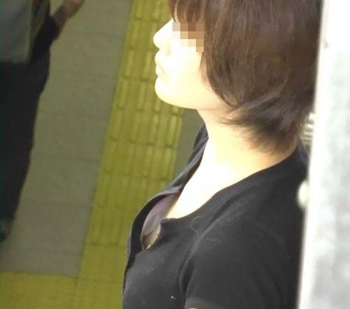 電車で座ってる場合じゃない可愛い女の子の胸チラ盗撮画像 35枚 No.13
