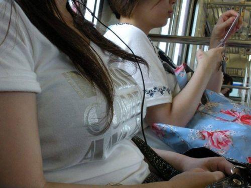 電車で座ってる場合じゃない可愛い女の子の胸チラ盗撮画像 35枚 No.16