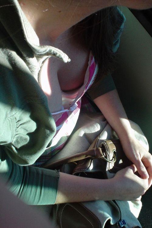 電車で座ってる場合じゃない可愛い女の子の胸チラ盗撮画像 35枚 No.17