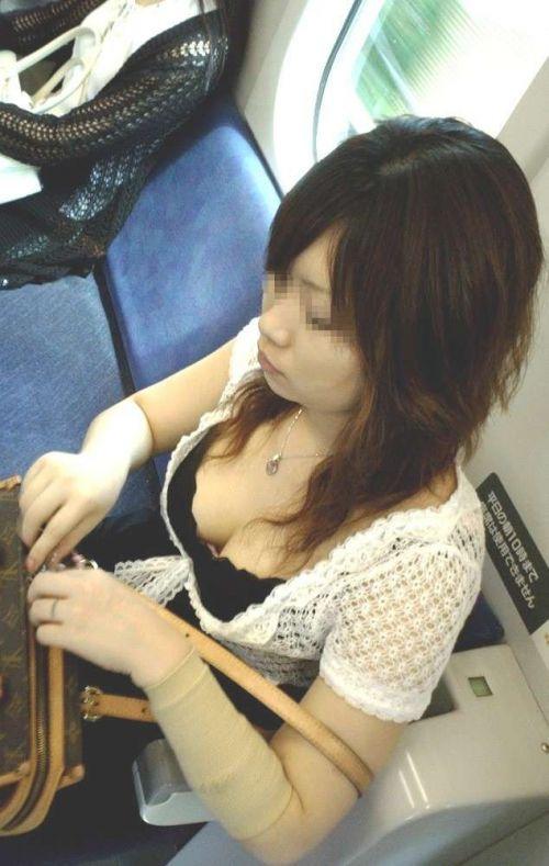 電車で座ってる場合じゃない可愛い女の子の胸チラ盗撮画像 35枚 No.19