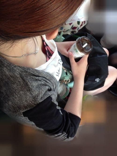 電車で座ってる場合じゃない可愛い女の子の胸チラ盗撮画像 35枚 No.22