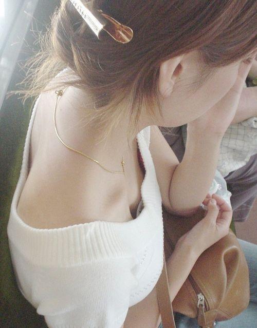 電車で座ってる場合じゃない可愛い女の子の胸チラ盗撮画像 35枚 No.24