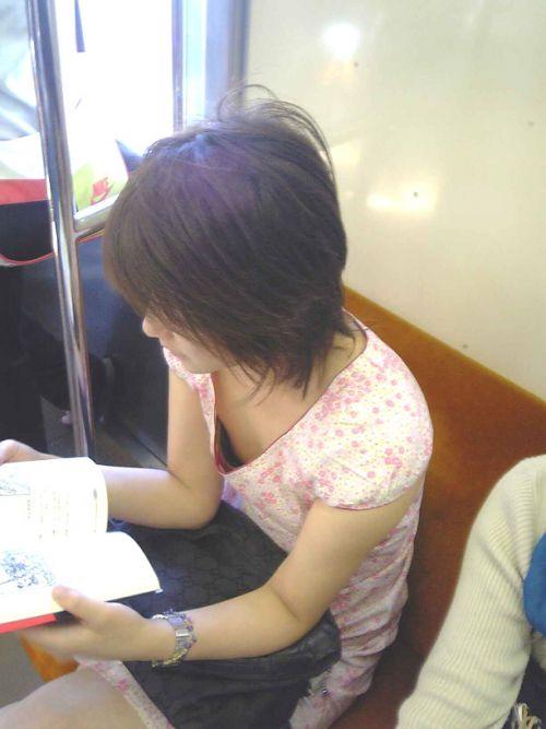 電車で座ってる場合じゃない可愛い女の子の胸チラ盗撮画像 35枚 No.27