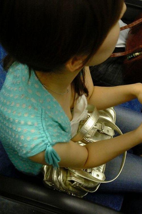電車で座ってる場合じゃない可愛い女の子の胸チラ盗撮画像 35枚 No.35