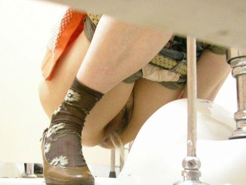 女子トイレで聖水の放出を盗撮したエロ画像まとめたったwww No.1