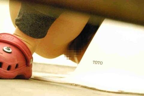 女子トイレで聖水の放出を盗撮したエロ画像まとめたったwww No.18