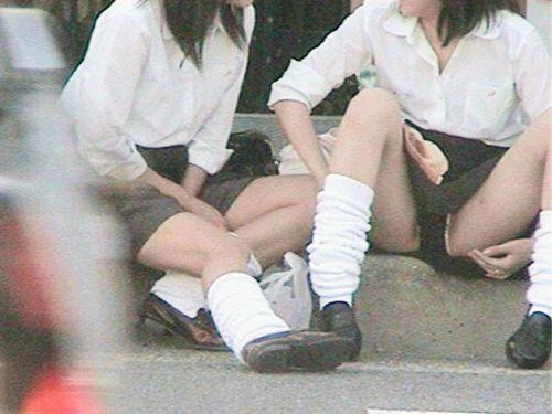 【盗撮画像】素人女子校生の街角で座り込んだりしゃがみパンチラがエロいわwww No.1
